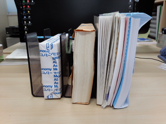 立てて並べたコピー用紙