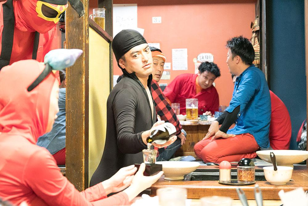 日本酒を注ぐタキツバ